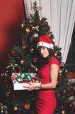 Härlig brunettflicka som kläs för jul Fotografering för Bildbyråer