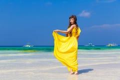 Härlig brunettkvinna i gul klänning med henne tillbaka till VIen royaltyfria bilder