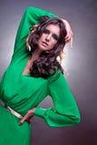 Härlig brunettkvinna med brunt lockigt långt hår Royaltyfria Foton