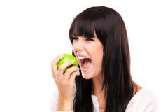 Härlig brunettkvinna med det gröna äpplet på vit bakgrund Royaltyfria Foton