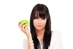 Härlig brunettkvinna med det gröna äpplet på vit bakgrund Royaltyfri Fotografi