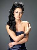 Härlig brunettkvinna med långt hår Fotografering för Bildbyråer