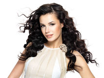 Härlig brunettkvinna med långt lockigt hår för skönhet. Arkivfoton