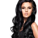 Härlig brunettkvinna med långt svart hår Royaltyfri Foto