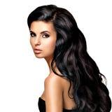 Härlig brunettkvinna med långt svart hår Royaltyfria Bilder