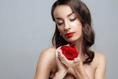 Härlig brunettkvinna med röd läppstift på kanter Närbildflickan med steg arkivbild