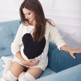 Härlig brunettkvinna på en 7th månadhavandeskap i vitsvett Royaltyfria Bilder