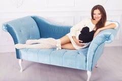 Härlig brunettkvinna på en 7th månadhavandeskap i vitsvett Royaltyfri Bild