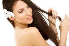 Härlig brunettkvinnastående med långt hår. Arkivbild