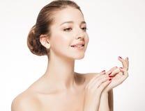 Härlig brunettkvinnastående med sunt hår Klara nya flår fotografering för bildbyråer