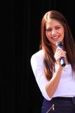 härlig brunettmikrofon Royaltyfria Bilder