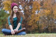 Härlig brunettmodell Having Fun Outdoors Royaltyfri Foto