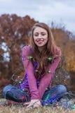 Härlig brunettmodell Having Fun Outdoors Royaltyfri Fotografi