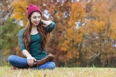 Härlig brunettmodell Having Fun Outdoors Royaltyfri Bild