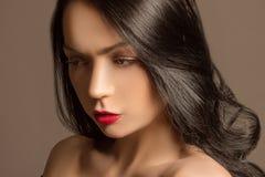 härlig brunettstående Royaltyfria Foton
