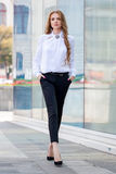 Härlig brunhårig bärande kläder för ung kvinna och gånolla Royaltyfri Fotografi