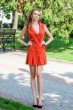 Härlig brunhårig bärande kläder för ung kvinna och gånolla Royaltyfria Foton