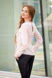 Härlig brunhårig bärande kläder för ung kvinna och gånolla Royaltyfri Foto