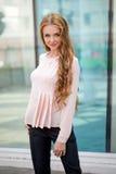 Härlig brunhårig bärande kläder för ung kvinna och gånolla Royaltyfri Bild