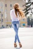 Härlig brunhårig bärande kläder för ung kvinna och gånolla Arkivbild