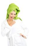 Härlig brunnsortkvinna i badrock. Arkivbild