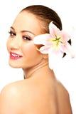 Härlig brunnsortkvinna med liljan Royaltyfri Bild