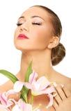 Härlig brunnsortkvinna med liljan Arkivfoto