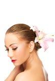 Härlig brunnsortkvinna med liljan Royaltyfri Fotografi