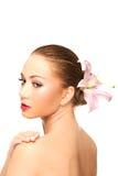 Härlig brunnsortkvinna med liljan Fotografering för Bildbyråer