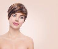 Härlig brunnsortkvinna med ståenden för kort hår royaltyfria bilder