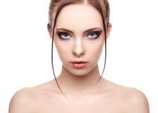 Härlig brunnsortmodellflicka med perfekt ny ren hud, våt effekt på hennes framsida och kropp, högt mode och skönhetstående Royaltyfria Bilder