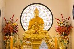 Härlig Buddha i tempel Arkivfoto