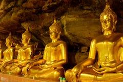 Härlig buddha staty i grotta i Thailand Royaltyfria Foton