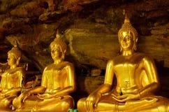 Härlig buddha staty i grotta i Thailand Arkivfoto