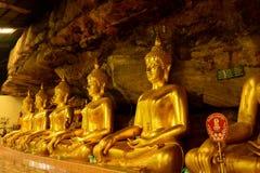 Härlig buddha staty i grotta i Thailand Royaltyfria Bilder