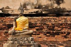 Härlig buddha staty med tegelstenväggen Royaltyfri Bild