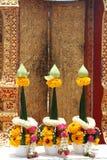 härlig buddistisk blommagirlanddyrkan Royaltyfri Fotografi