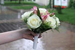 Härlig bukett av blommor för bröllopet i händerna av bruden Arkivbilder