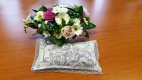 Härlig bukett av blommor och en kudde mycket av lavendel arkivbild