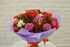 Härlig bukett av färgrika lila blommor arkivfoto