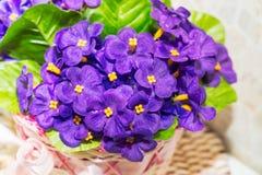 Härlig bukett av konstgjorda lila violets arkivbild