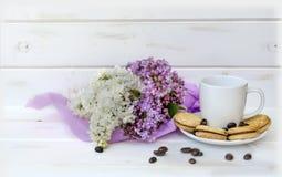 Härlig bukett av lilan och kaffe med kex Royaltyfri Bild
