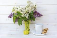 Härlig bukett av lilan och kaffe med kex Royaltyfri Fotografi
