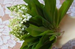 Härlig bukett av liljan av dalar i en elegant vas arkivbild