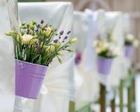 Härlig bukett av ro och lavendel i bucke Arkivfoto