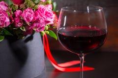 Härlig bukett av rosa och röda rosor och det röda bandet i en circ Royaltyfri Bild