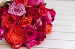 Härlig bukett av rosor på den vita tabellen Arkivbilder