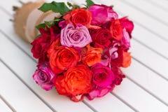 Härlig bukett av rosor på den vita tabellen Royaltyfria Foton