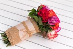Härlig bukett av rosor på den vita tabellen dof Arkivfoton