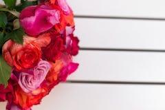 Härlig bukett av rosor på den vita tabellen dof Royaltyfria Foton